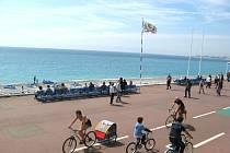 Život na hlavní promenádě v Nice.