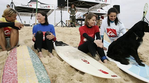 Tereza Olivová z Velehradu (vlevo) spolu s dalšími závodnicemi na písčité pláži na pobřeží oceánu.