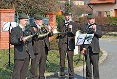 TROUBILI A POPÍJELI. Myslivečtí trubači zrůzných koutů Česka ve Véskách koncertovali, ale také koštovali 129 vzorků vína.