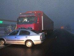 Čtyřiašedesátiletý řidič octavie v úterý 3. ledna krátce po páté hodině ráno na silnici mezi Huštěnovicemi a Babicemi předjížděl v mlze kamion. Po srážce s protijedoucím autosudem skončil pod koly kamionu.