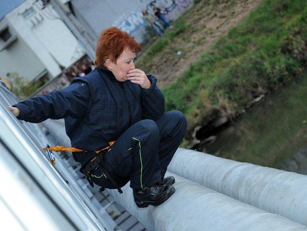Žena se sebevražednými sklony přelezla zábradlí lávky přes řeku Moravu.