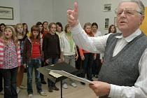 Uherskohradišťský dětský pěvecký sbor založil učitel a sbormistr Karel Dýnka (na snímku).