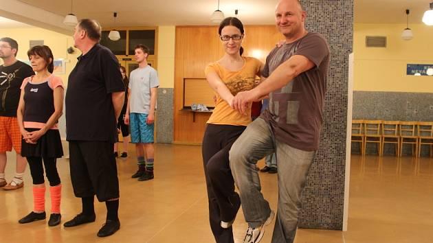 Redaktorka Slováckého deníku Adéla Buráňová se svým tanečníkem Radkem při nácviku sedlckého tance.