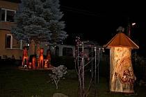 Zahrádku před domem rodiny Smětákových nezdobí jesličky s Ježíškem, ale včelí klát a dřevěné sochy zvířat.