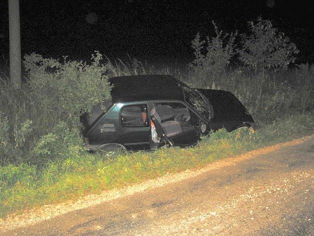 Hasiči vyprošťovali zraněnou spolujezdkyni při nehodě u obce Lopeník.