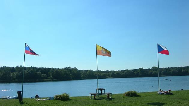 Jindřich Žaludek z České vexilologické společnosti tvrdí, že 21. srpna u jezera v Ostrožské Nové Vsi vlála nesprávná moravská vlajka.