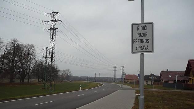 Přehledný úsek kolem obytné zóny Trávníky svádí řidiče k rychlé jízdě. Pravidla bezpečného provozu , která tam platí často neznají ani ti, kteří úsekem často projíždí