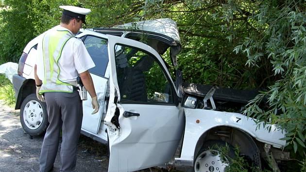 Řidičku museli hasiči z vraku auta vystříhat.