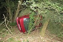 Nezvládla řízení, přeletěla s autem svodidla a zastavila se v houští.