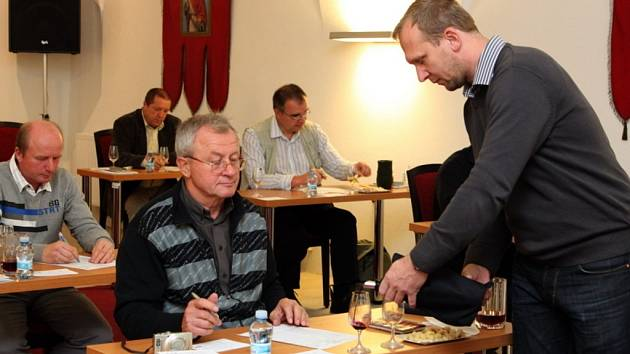 Patnáct degustátorů hodnotilo v neděli sedmdesát pět mešních a košer vín, aby vybrali to, které bude poctěno Cisterciáckou pečetí.