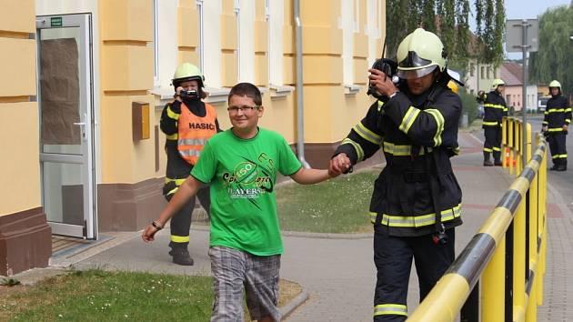 Dobrovolní hasiči z pěti obcí na Uherskobrodsku si vyzkoušeli evakuaci a záchranu dětí ze základní školy v Horním Němčí.