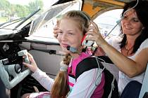 V AEROKLUBU. Děti i dospělí okupovali v areálu Slováckého aeroklubu celou řadu letadel.