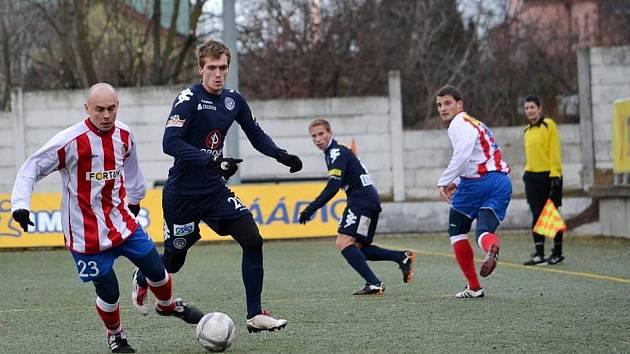 Fotbalisté 1. FC Slovácko na úvod Tipsport ligy pouze remizovali se Zbrojovkou Brno. Na snímku záložník Slovácka Milan Kerber pronásleduje domácího Václava Kolouška.