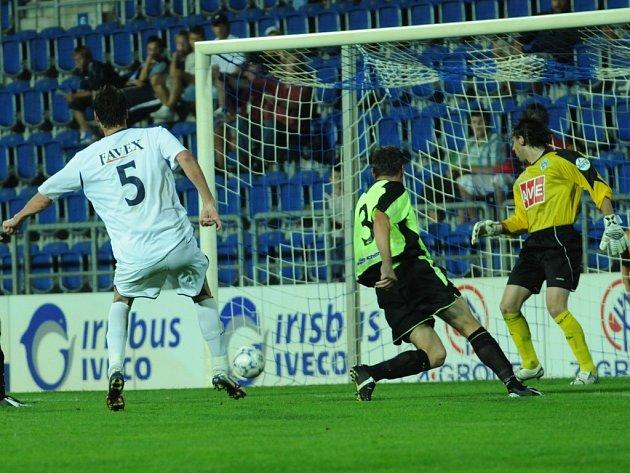 Martin Psohlavec právě střílí vítězný gól.