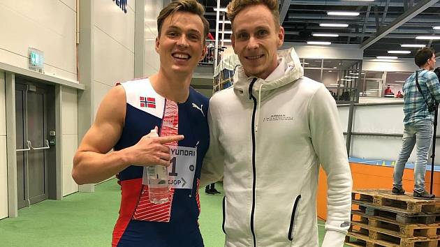 Atlet Adam Zelinka (na snímku vpravo), který hraje fotbal za Hluk, s norským šampionem Karstenem Warholmem