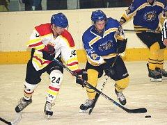 V 1. čtvrtfinálovém zápase playoff zvítězili hokejisté Uherského Ostrohu (v bílém) nad Uherským Brodem 3:1.