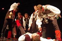Rohatí folkloristé přímo na pódiu hradišťského Klubu kultury mastili karty a tančili jako o život.
