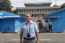 Přímo na hraniční čáře mezi Jižní Koreou a KLDR se nachází modré budovy, o něž se svou polovinou dělí obě z těchto zemí. Byla místem podpisu příměří, v současnosti slouží ke vzájemnému setkávání zástupců obou protistran.