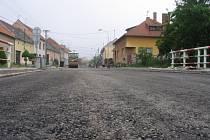 Rekonstruovaná silnice v centru Vlčnova.