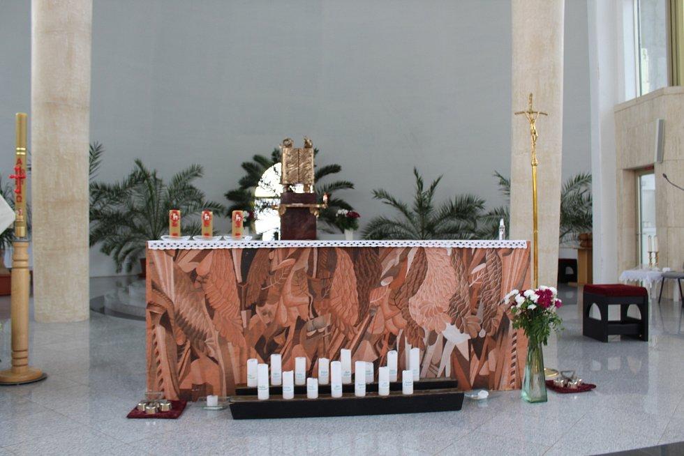 Kostel Svatého Ducha ve Starém Městě v květnu 2021. Obětní stůl.