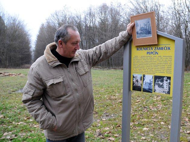 Starosta Drslavic Milan Matyáš stojí na místě bývalého zámečku Kauniců, Pepčíně.