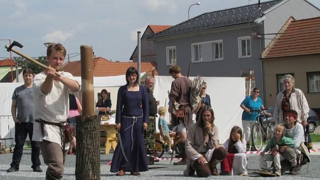 Netradičním řemeslům a činnostem, které byly v dávných dobách běžné, přihlíželi nejen kolemjdoucí.