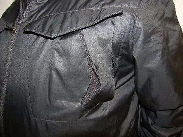 Nejzávažnějším způsobem byl okraden osmapadesátiletý muž, kterému zloděj rozřezal přední náprsní kapsu bundy přímo na těle! V peněžence, kterou mu zloděj ukradl, bylo zhruba čtyři a půl tisíce korun.
