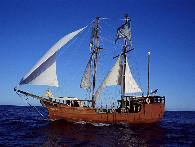 Plachetnice Victoria se na dlouhé měsíce stala domovem skupiny dobrodruhů.