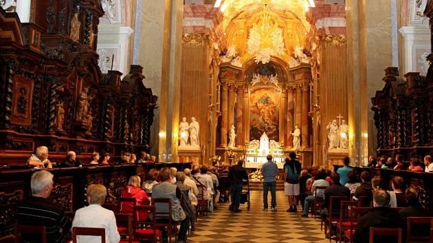 NOC KOSTELŮ. Velehradskou baziliku navštívilo v pátek večer 570 zájemců o prohlídku historického skvostu Moravy i kulturní program v něm.