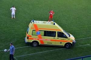 Zraněný obránce Slovácka Robin Holík musel být odvezen přímo ze hřiště rychlou záchrannou službou.