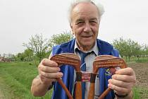 Jiří Ovísek se svojí rodinou na místě havárie MIGu v Dolním Němčí, po 40 letech s instrumentem, jenž spustil katapultáž sedačky ve stíhačce.