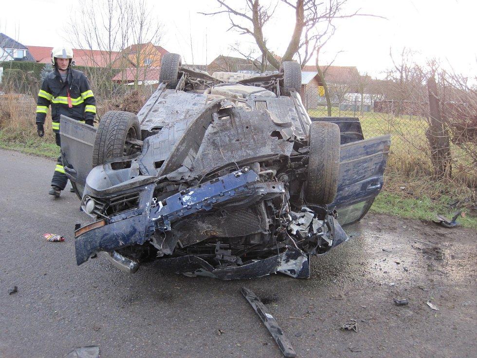 Štědrý den v Kněžpoli: auto se čtyřmi lidmi obrátil na střechu