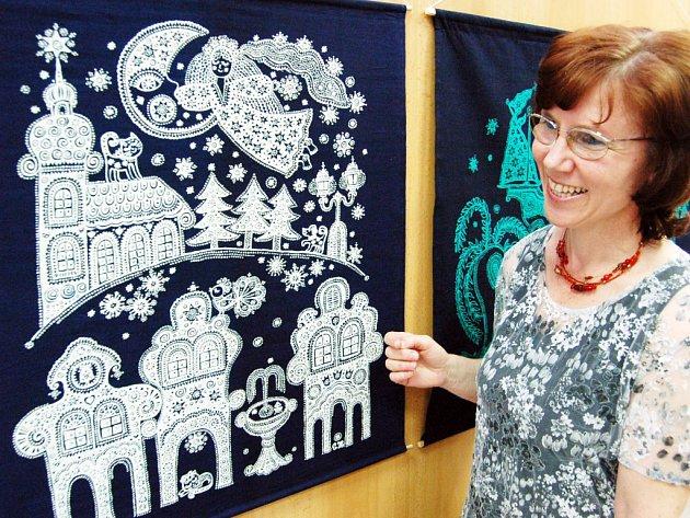 Techniku modrotisku s přírodními motivy si Eva Horáková oblíbila už před lety.