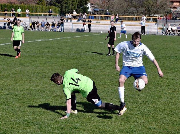 Fotbalisté Nivnice ( v bílých dresech) přezimují v tabulce I. B třídy až na dvanáctém místě. Na jaře tak budou hrát pouze o záchranu krajské soutěže.