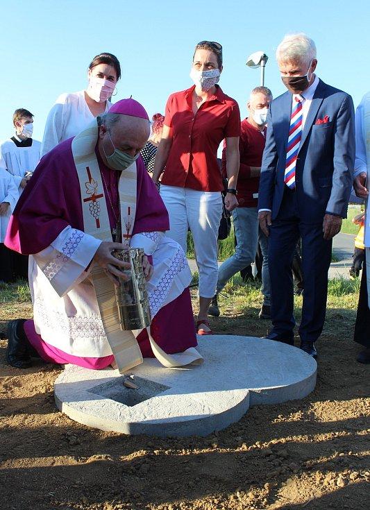 Uzávěr zdobí papežský znak Jana Pavla II. Dno pak otisk pamětní medaile vydané ke 20. výročí papežova pontifikátu v roce 1998.