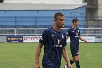 Fotbalisté Slovácka B (modré dresy) v přípravě na novou třetiligovou sezonu zdolali Vsetín 2:1.