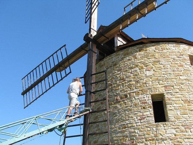 Větrný mlýn u Jalubí prochází údržbou.