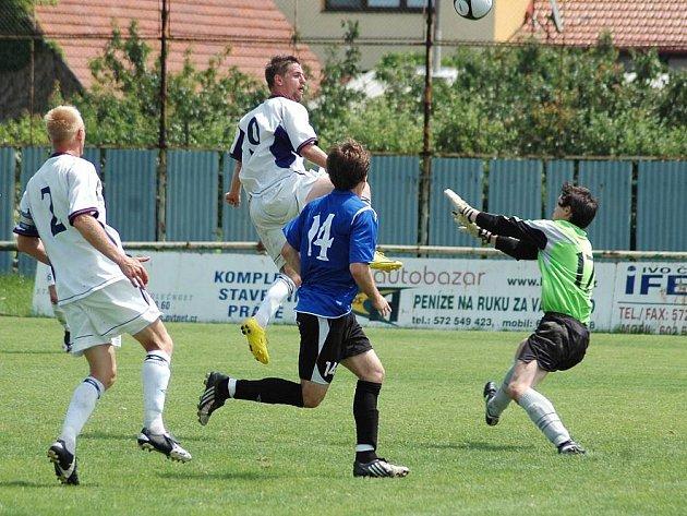 V přímém souboji o postup do MSFL domácí fotbalisté 1. FC Slovácka B (v bílém) zdolali Žďár nad Sázavou 5:1 (2:0)