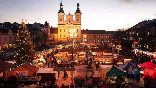Vánoční trhy na náměstí v Uherském Hradišti.