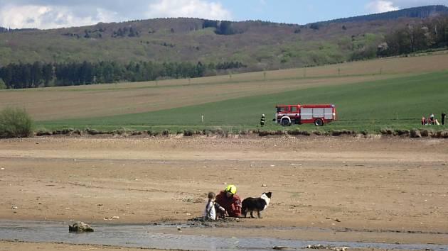 Chlapec se psem zapadl do bahna vypuštěného rybníku
