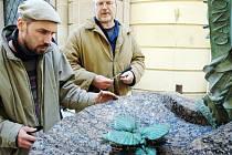 Kamenosochař Petr Novák (vlevo) při dokončování kašny.