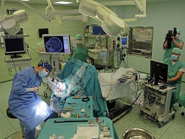 Šetrnější metodou, která nemocnému poskytuje větší komfort a bezpečí a urychluje jeho návrat z nemocnice domů, nabízejí nemocným s Parkinsonovou chorobou neurochirurgové Fakultní nemocnice Olomouc (FNOL).