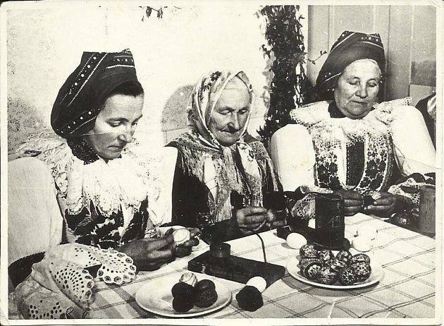 Malérečky z Ostrožské Nové Vsi v roce 1958 (Černá, Štěrbová a Zalubilová).