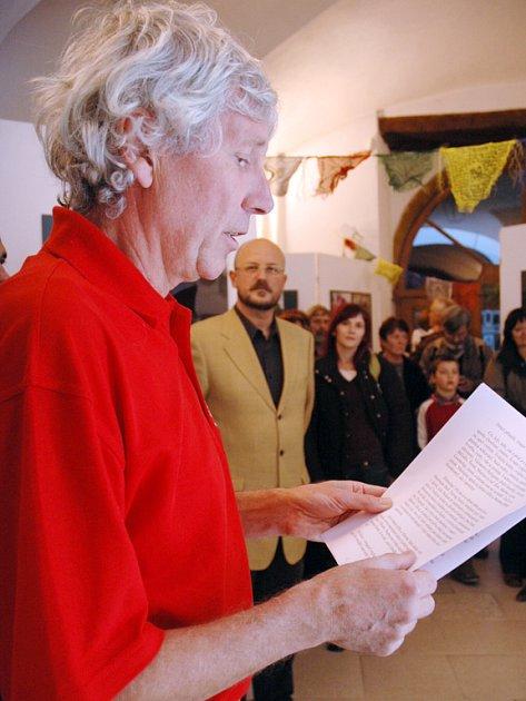 Velehradský tvůrce Otmar Oliva se ujal čestného úkolu zahájit výstavu svých přátel.
