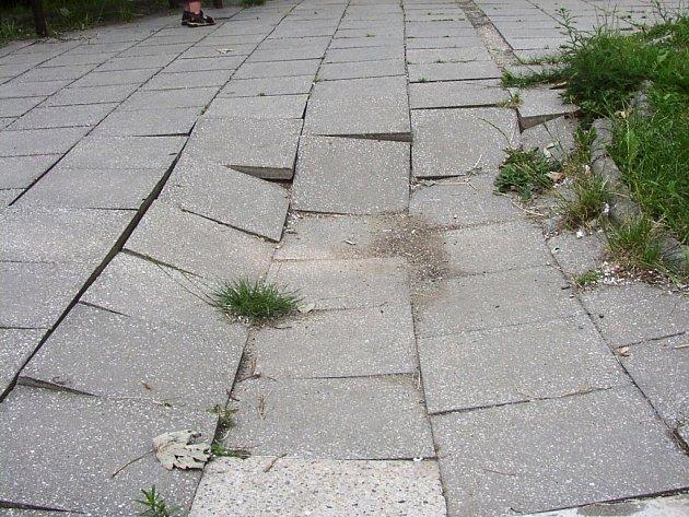Chodník se na stejném místě propadl už několikrát.