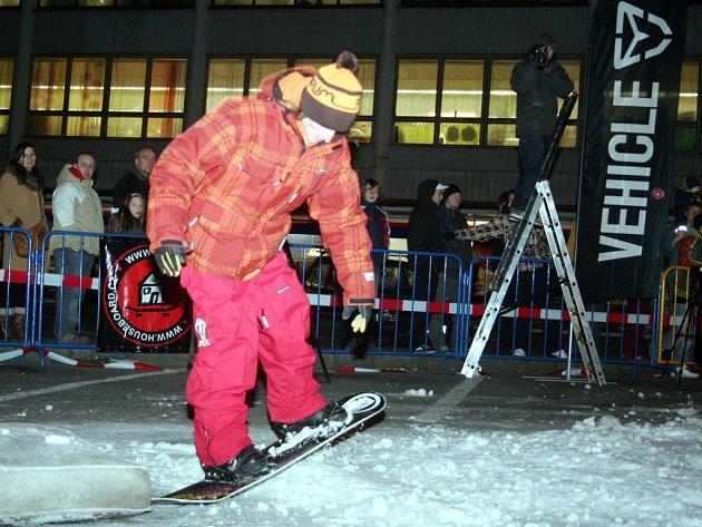 Exhibice na snowboardech.