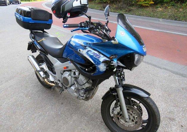 V sobotu 14. října na hlavním tahu přes Chřiby nedaleko Starých Hutí nezvládl sedmatřicetiletý Slovák na motorce značky Yamaha zřejmě vlivem vysoké rychlosti průjezd pravotočivé zatáčky a upadl se strojem na silnici.