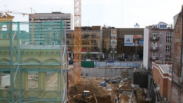 Stavební firmy prožívají boom. K velkým zakázkám ve Zlíně patří  Zlaté jablko na náměstí Míru.