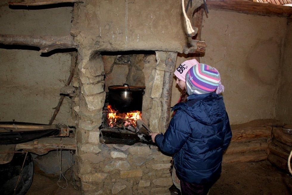 V CHÝŠÍCH SLOVANŮ. Skautíci se museli starat o oheň i přípravu jídla. Potraviny jim však Slované do jejich příbytků nepřivezli. Ty si museli přinést ze svých domovů.