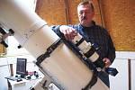 Marian Čubík je nadšeným amatérským astronomem, a přestože si na zahradě vlastnoručně postavil dvojici svých osobních hvězdáren, skromně se označuje za pouhého pozorovatele oblohy.